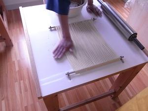 稲庭うどん佐藤養助商店製造体験コース先生のつぶし作業粉を馴染ませる