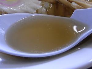 佐野ラーメン押山のラーメンのスープをレンゲですくったところ