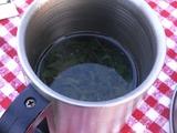 つゆ茶にお湯を注ぐ