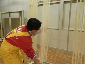 稲庭うどん佐藤養助商店製造体験コース延ばす作業延ばしているところ