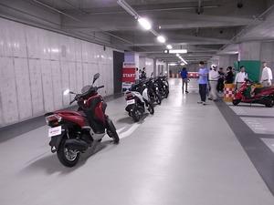 秋葉原UDX地下駐車場に並べられたトリシティ後ろから