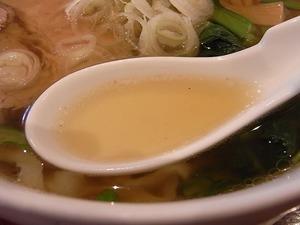 くにやの佐野ラーメン スープのアップ