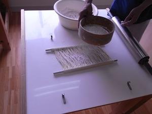 稲庭うどん佐藤養助商店製造体験コース先生のつぶし作業粉をまぶす