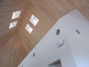 板張りの天井と天窓
