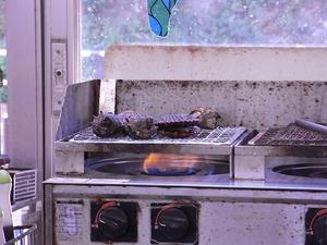 コンロで焼かれている貝たち