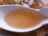 佐野ラーメン岳乃屋のスープをレンゲですくったところ
