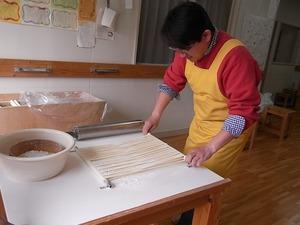 稲庭うどん佐藤養助商店製造体験コースつぶし作業引っぱっているところ