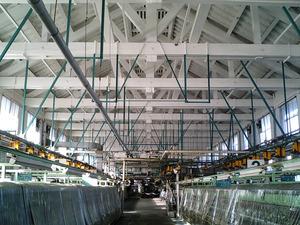 世界遺産 富岡製糸場 繰糸場場内の繰糸機械とトラス