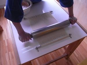 稲庭うどん佐藤養助商店製造体験コース先生のつぶし作業ローラーでつぶす2