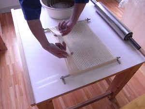 稲庭うどん佐藤養助商店製造体験コース先生のつぶし作業麺を分ける