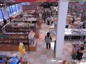 富岡製糸場近くの新名所 こんにゃくパーク2階に向かう途中で見えるおみやげコーナー