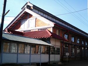世界遺産 富岡製糸場 繰糸場の赤れんが積みと越屋根の外観