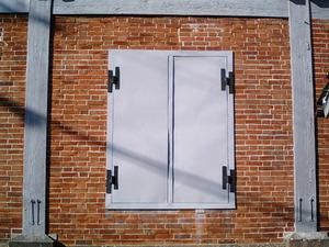 世界遺産 富岡製糸場 レンガ造の東繭倉庫のレンガ積みと扉