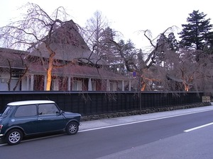 角館伝承館のしだれ桜ライトアップもまだ咲いていない状態を左から
