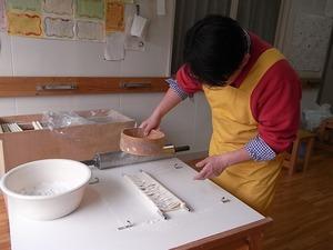 稲庭うどん佐藤養助商店製造体験コースつぶし作業粉をまぶしているところ