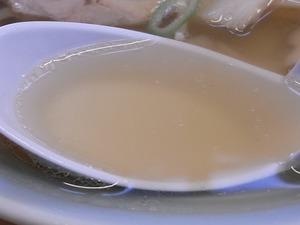 佐野ラーメン らーめん大金 ラーメンのスープをすくったところ