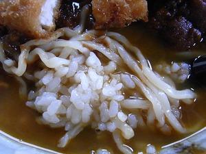 民宿食堂おふくろのカツカレーミックスラーメンの麺とごはん