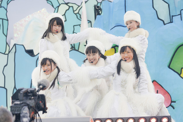 news_xlarge_momoirocloverz_momxmas_DAY1_03