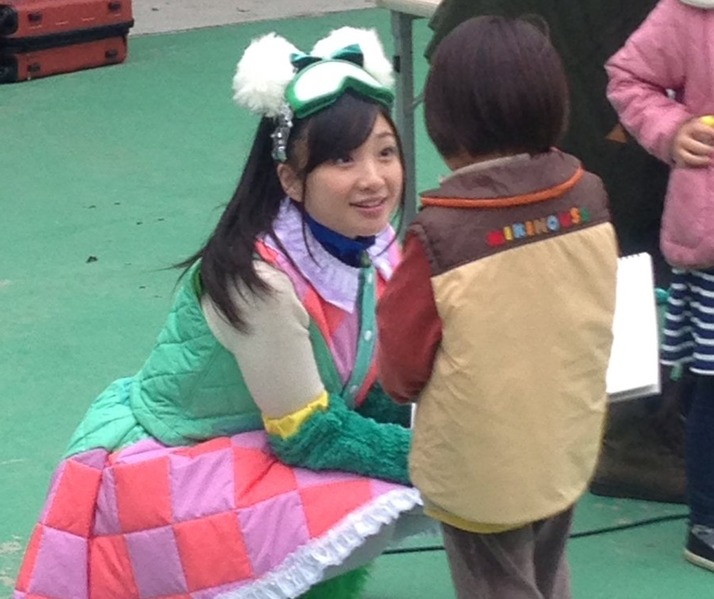 【エンタメ画像】熊本県・阿蘇に 有安杏果 登場 !『ソロコン終わった杏果ちゃんが今度はチルドレン達に笑顔を届けに来てくれました』