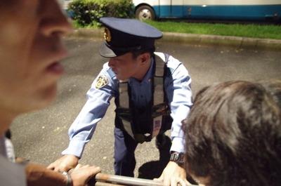 鉄柵を抑える警官