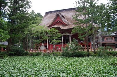 三神合祭殿と鏡池