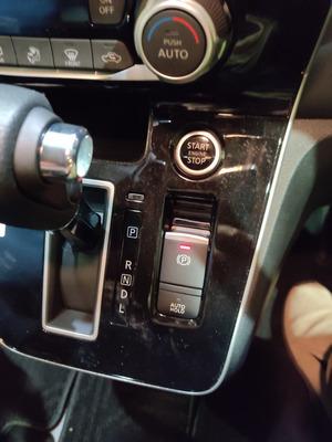 エンジンスタートボタンとサイドブレーキ