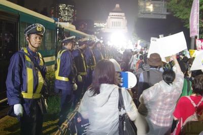 立ち並ぶ警察官2