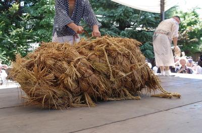 解体される藁縄