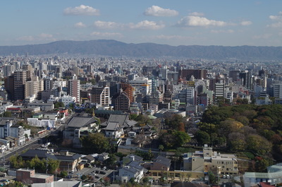 通天閣から生駒山をのぞむ