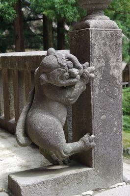 別の角度から見た岩木山神社玉垣の狛犬
