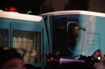 警察車両の隙間