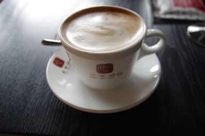 栄宝斎カフェのカフェラテ