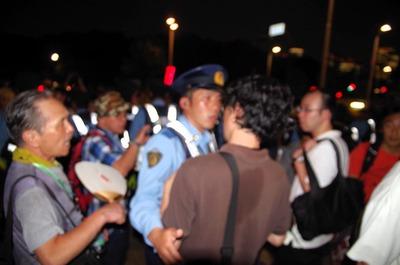 警察官と動画撮影者