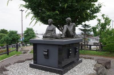 タケと太宰の像