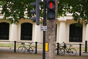 ガードレールと自転車