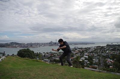 ビクトリア山で闘志いだきて丘に立つ