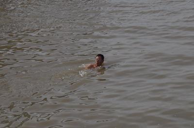 泳ぐオッサン