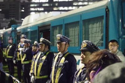 立ち並ぶ警察官