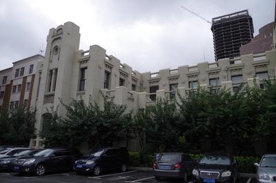 現在の長春ヤマトホテル(左)