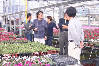説明を聞く石川県の生産者
