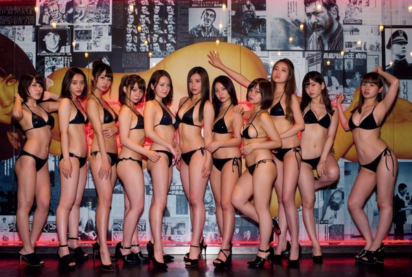 倉田瑠夏、「週プレ酒場1周年記念グラビア」でセンター