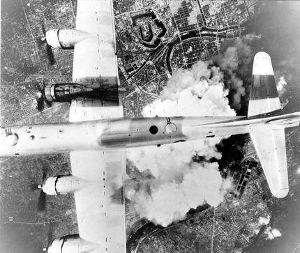 戦争中の不思議な怖い話「原爆で影になった人」