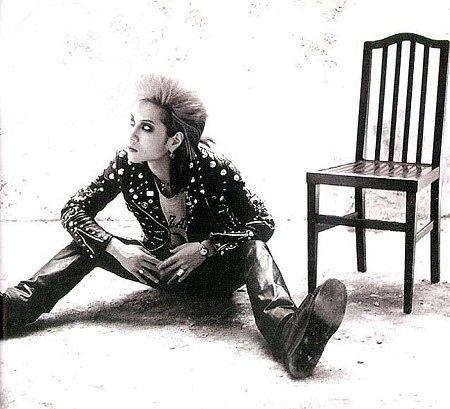 足を広げて殺風景な部屋に座るhide