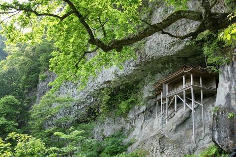 断崖絶壁にある国宝「投入堂」救え!地震で参拝道に亀裂!寄付募る