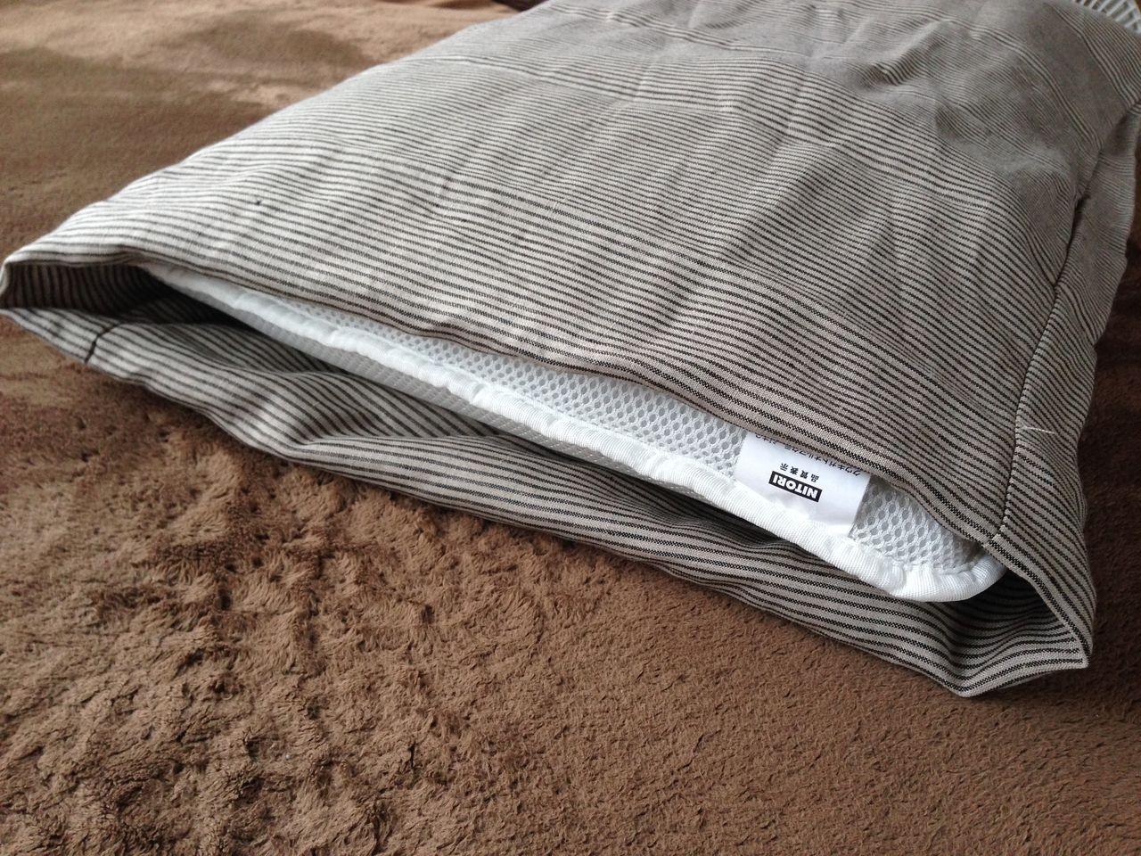 こんな間違った折り込み方をしてみたりもしてみたりもしました。 枕とサイズがピッタリになったのでこれでOKかと勝手に思ったりしましたけど、これは違う><