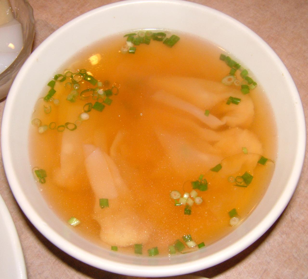 雲呑スープ 最後にワンタンスープが出てきました! これも大きめの丼に充ち満ちたスー...  牛バ