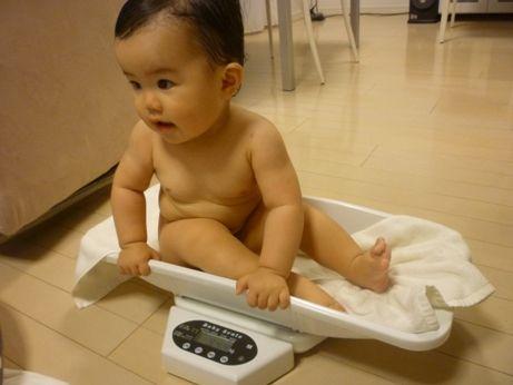 身長もかなり大きくなってきているので、、、 赤ちゃん用のヘルスメーターも、そろそろ限界かも。。。(笑)