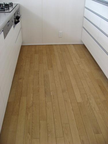 キッチンは国産クリ無垢・蜜蝋仕上げの床