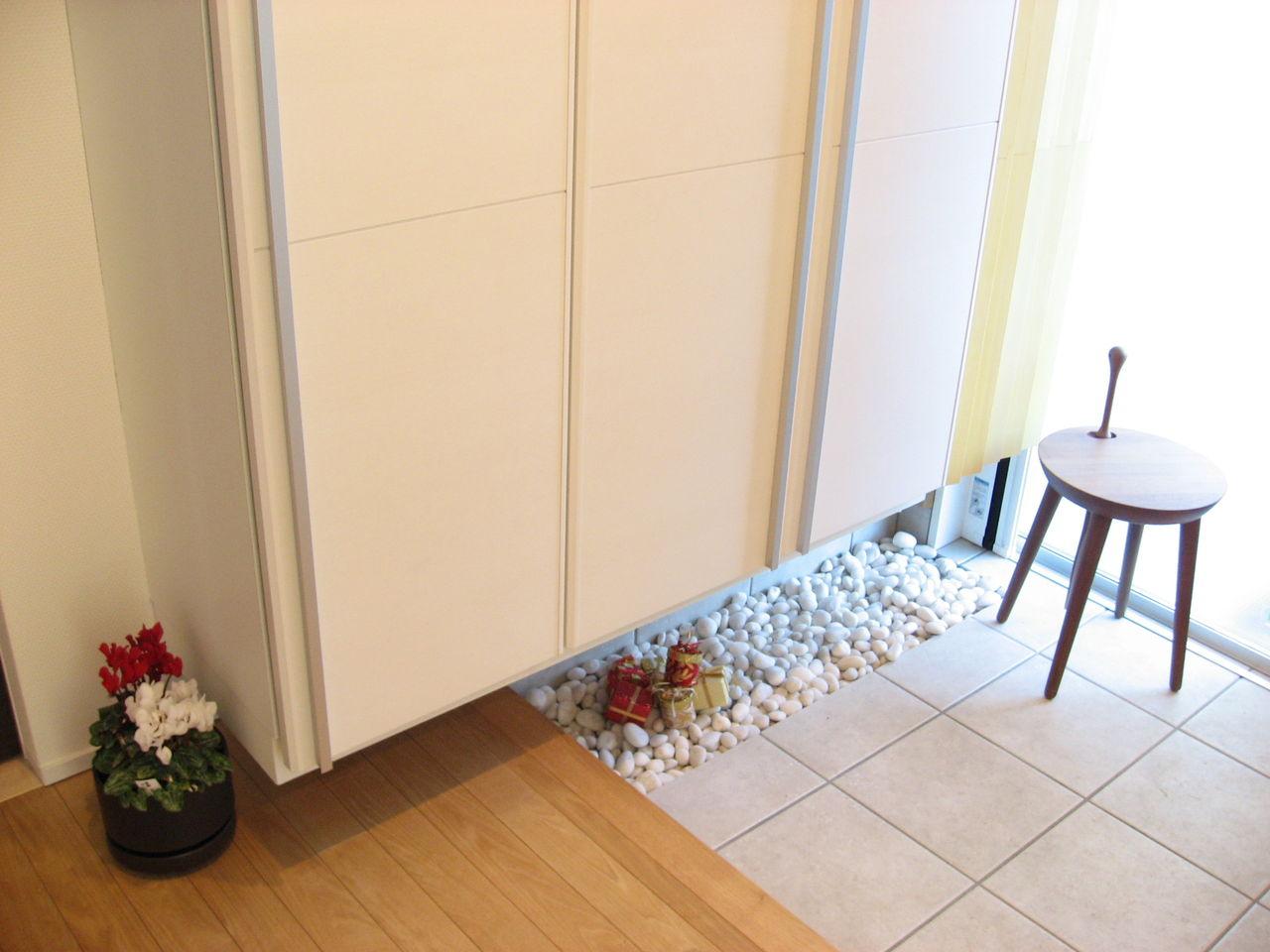 玄関に紅白ミニシクラメンを ...