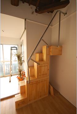 家具付き互い違い階段